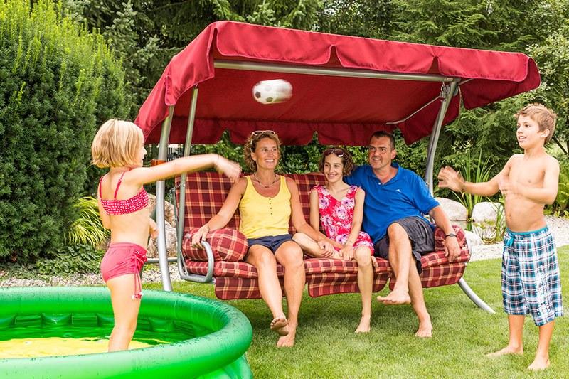 Spaß für die ganze Familie im Sommer Hollywoodschaukel 3Sitzer bei Hitze-Sommer