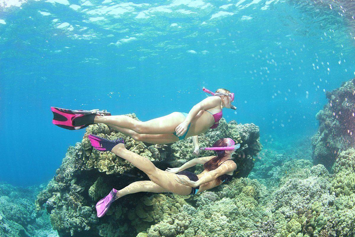 zwei Frauen schnorcheln im Riff.