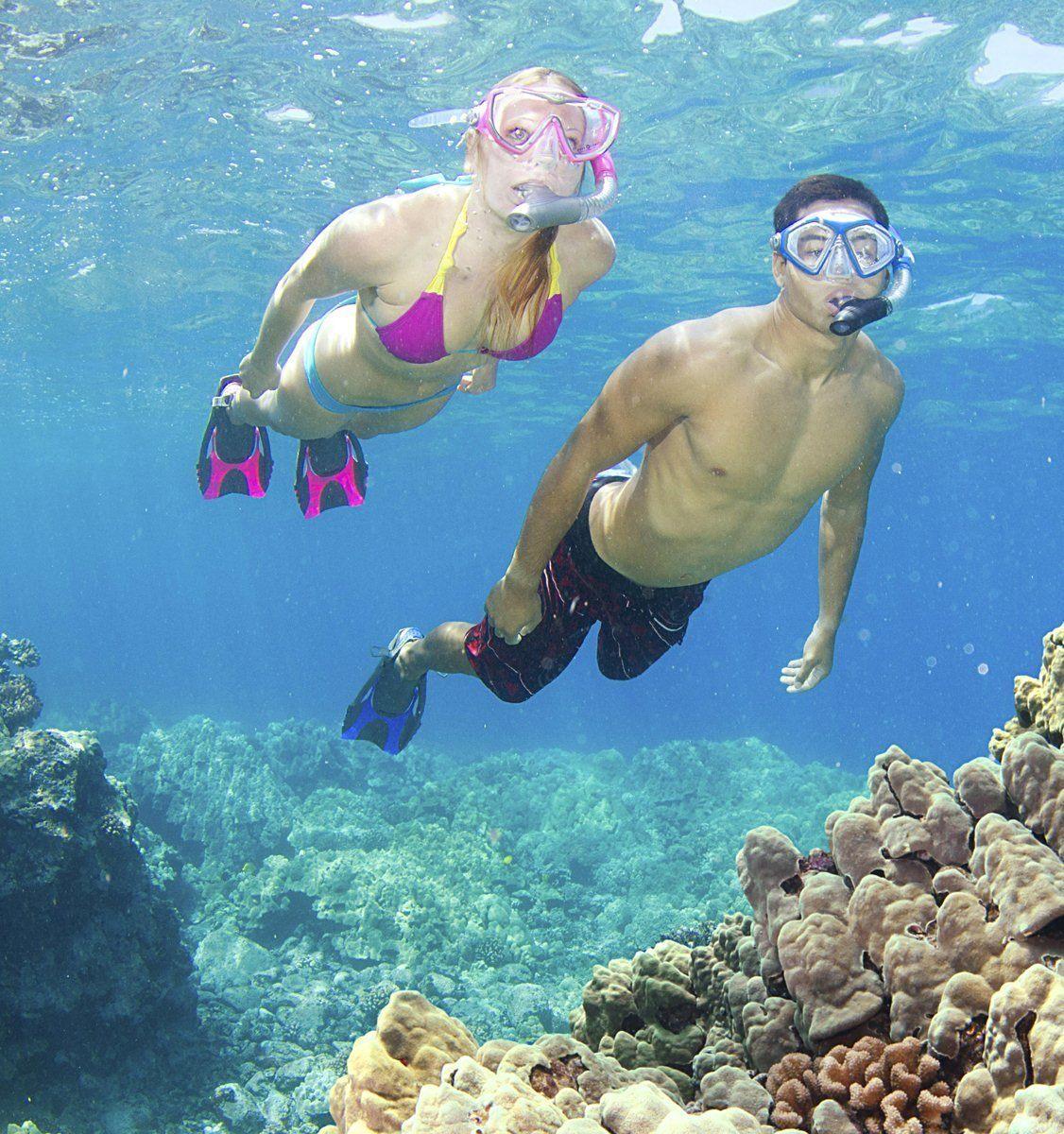 Paar schnorchelt im Riff.
