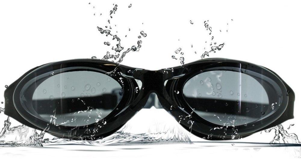 Schwimmbrille mit Wasser bespritzt.