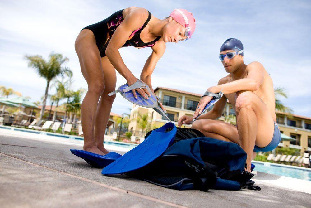 Schwimmer packen ihre Schwimmausruestung ein