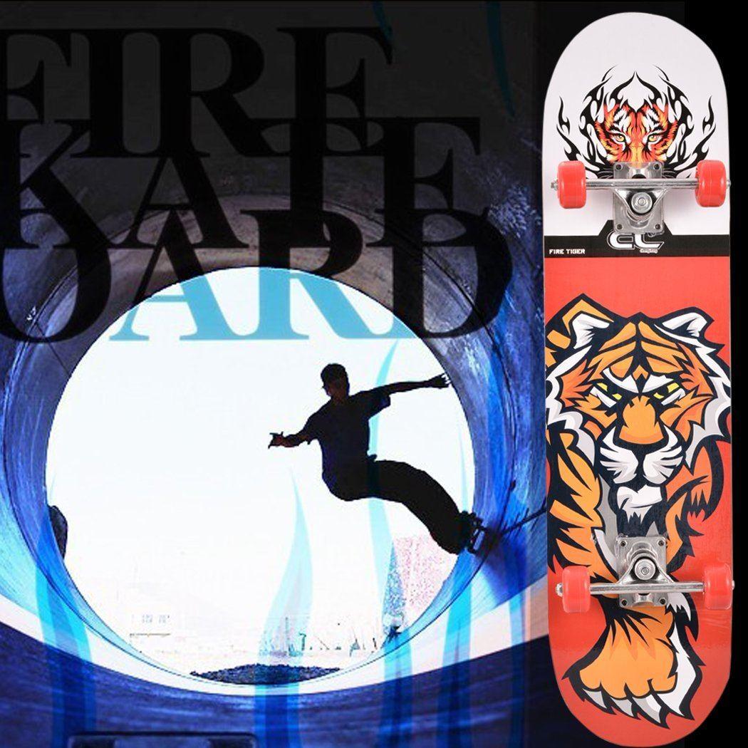 Skateboarder fährt in Roehre