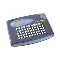 Handlicher Labelprinter mit Batteriebetrieb<br /> QWERTY-Tastatur; Druckgeschwindigkeit: 11,6mm/Sekunde; Effekte: Schatten, Unterstreichen, Rahmen. 207 Symbole und Buchstaben.
