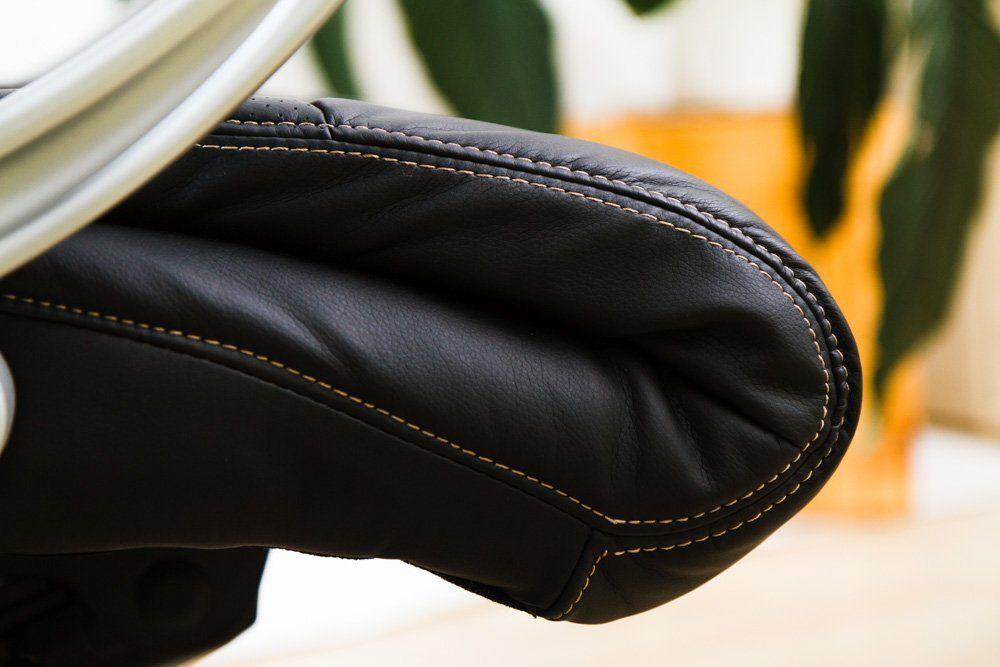 Die Polsterung von einem Kings Chefsessel mit schwarzem Lederbezug