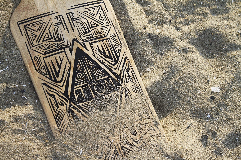 Longboard liegt im Sand
