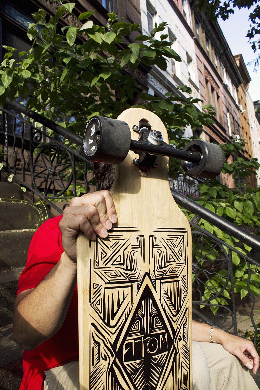 Longboard vor dem Haus präsentiert