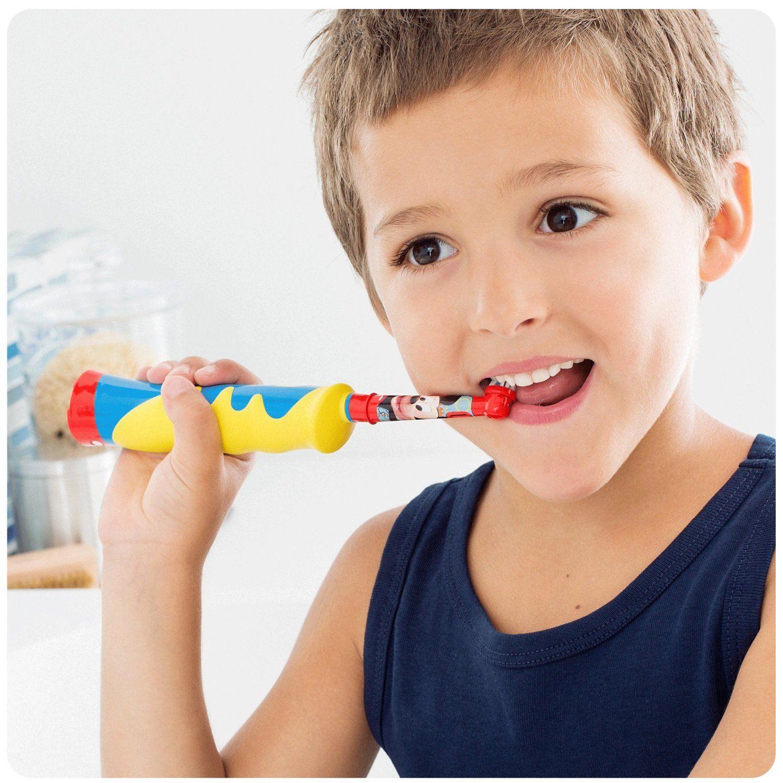 Kind putzt mit einer elektrischen Zahnbürste die Zähne