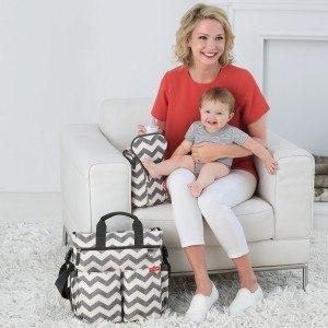 SkipHop-Wickeltasche-Mama-Baby-fütternd