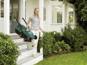 Bosch Home and Garden Rasenmäher Rotak 32, Grasfangbox 31 Liter (1.200 W, 32 cm Schnittbreite, 20-60 mm Schnitthöhe, 6,8 kg)