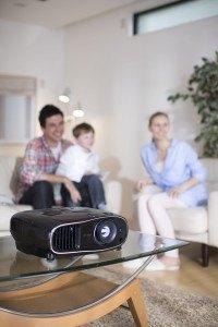 Epson EH-TW6600 3D Heimkino 3LCD-Projektor (Full HD 1080p, H & V Lensh-Shift, 2.500 Lumen Weiß & Farbhelligkeit, 70.000:1 Kontrast, 2x HDMI (1x MHL), 1,6x fach Zoom, inkl. 1x 3D Brille) schwarz