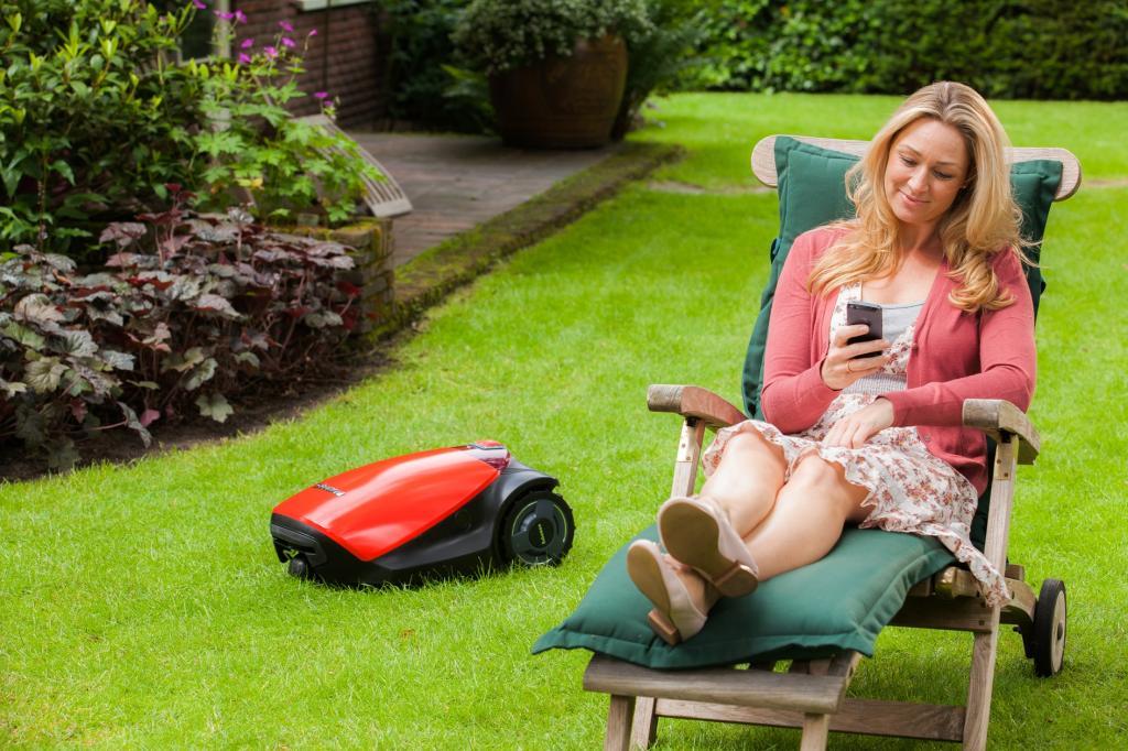 Rasenmähroboter City MC300 von Robomov im Garteneinsatz