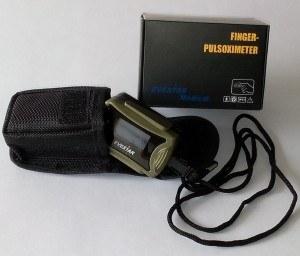 Der Fingerpulsoximeter MD300C63 OLED mit praktischen Zubehör.