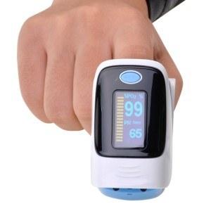 Die Bedienung des Instant Pulsoximeter von Inkint ist denkbar einfach.