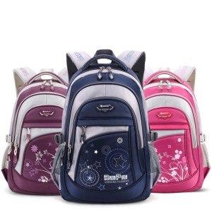 Schulrucksäcke gibt es in verschiedenen Farben und Designs.