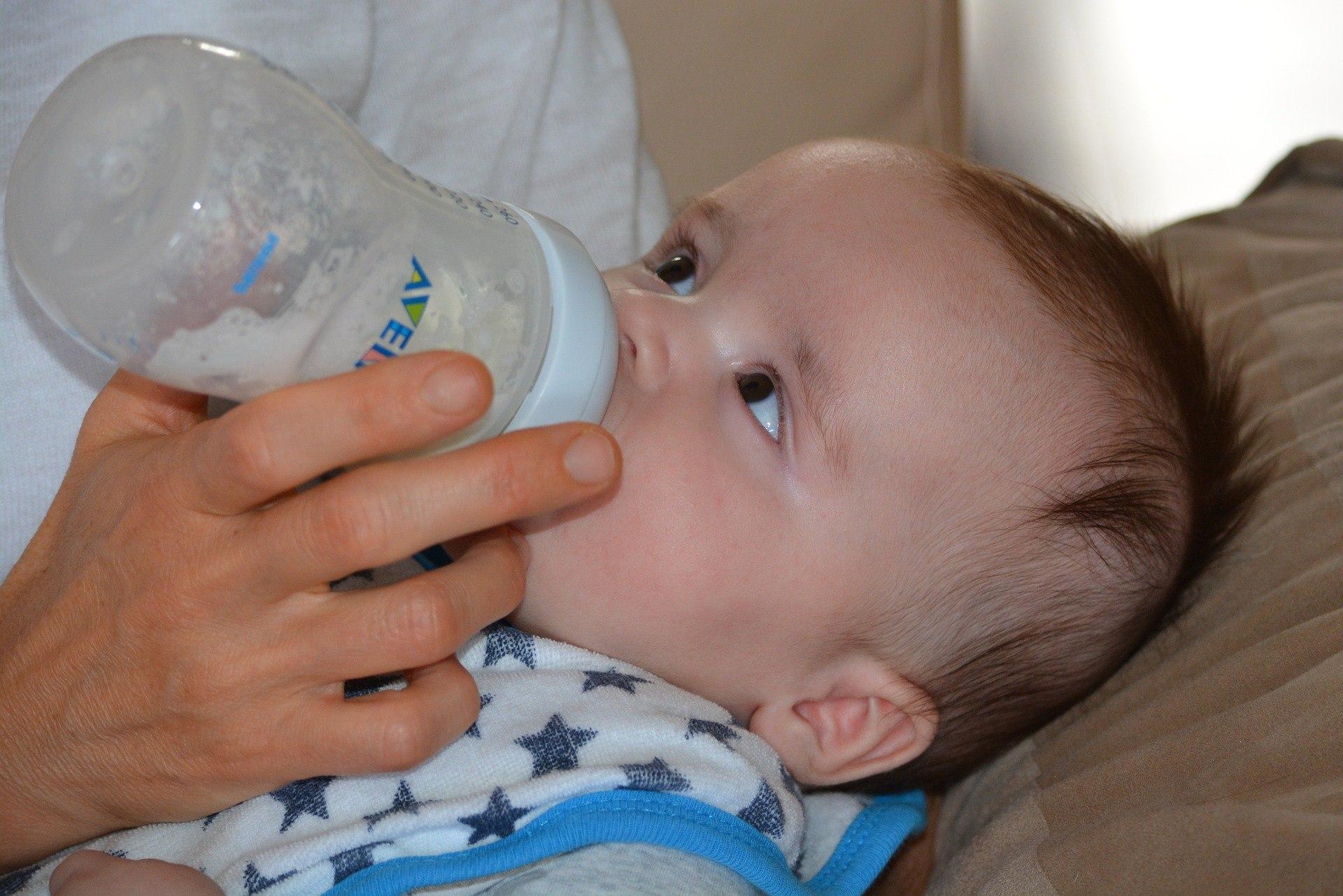 Junge bekommt reifes Baby