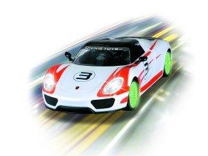 Der Dickie Toys RC Porsche Spyder hat eine Menge Fahrspaß zu bieten.