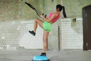 Es sind zahlreiche Übungen machbar mit dem Kettler Sling Trainer.
