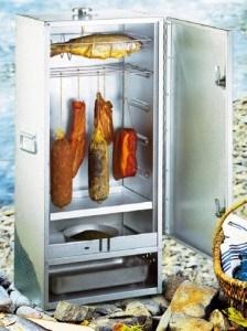 Der Peetz 630015 Räucherofen kann liegend und hängend befüllt werden.
