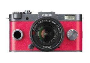 Die Pentax Q-S1 Systemkamera gibt es in verschiedenen Farben zu bestellen.