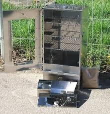 Der Räucherofen mit Sichtscheibe und Thermometer 250°C von FreyZeit hat umfangreiches Zubehör.