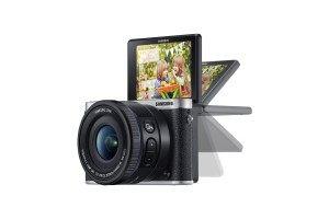 Die Samsung NX3000 Smart Systemkamera hat einen praktischen Bildschirm, der klappbar ist.