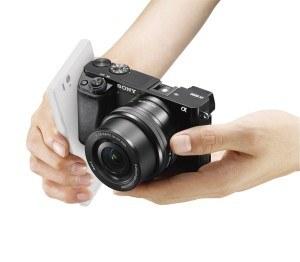 Die Sony Alpha 6300 Systemkamera liegt toll in der Hand.