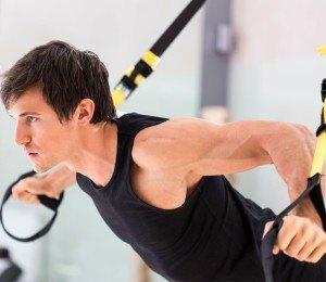 Das TRX Fitness-Gerät lässt sich vielfältig nutzen.