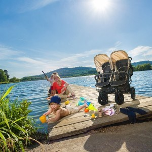 Familie mit einem Roadster Duo SLX Buggy von Hauck an einem See