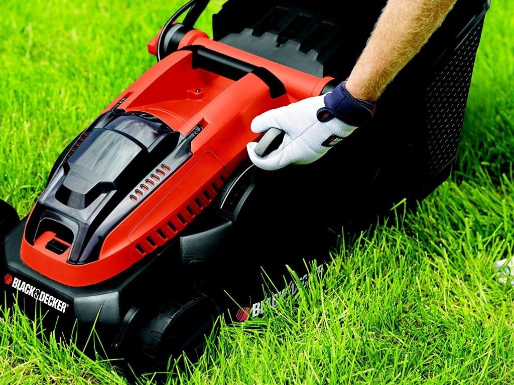 Elektro Rasenmäher von Black und Decker im Garten