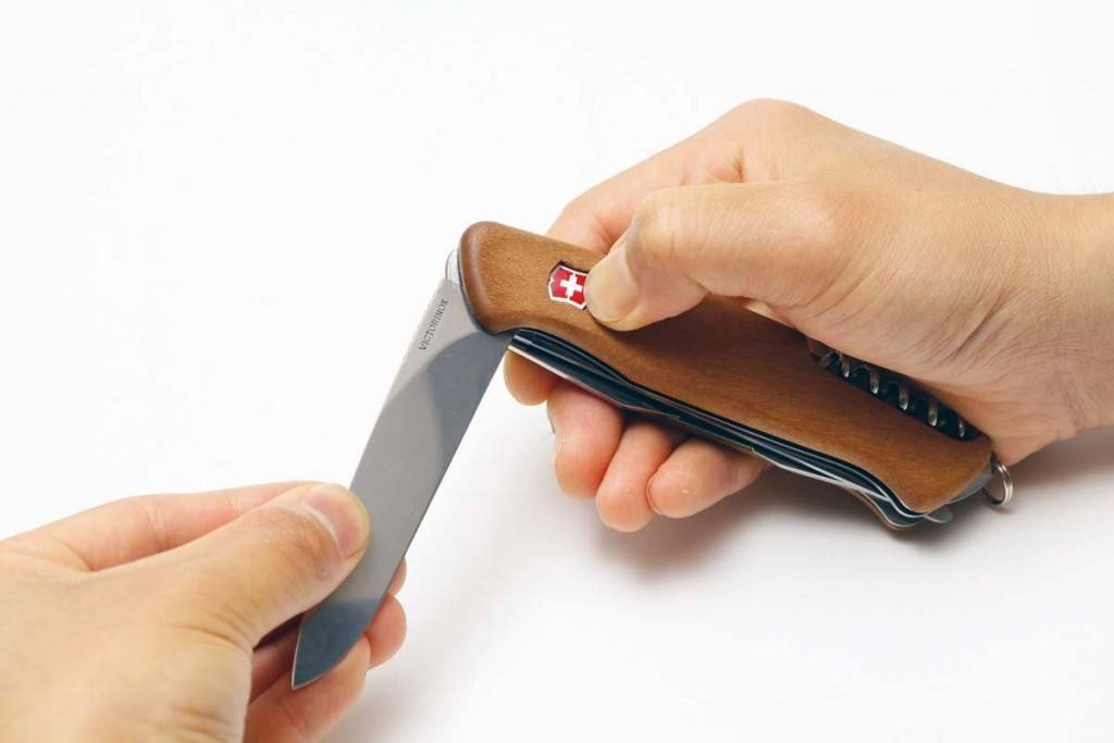 Handhabung des Victorinox Rangerwood-55 Schweizer Taschenmesser im Test