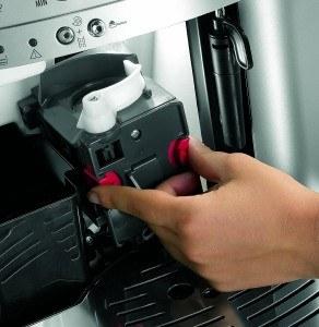 DeLonghi ESAM 3000.B Kaffee-Vollautomat (1100 Watt, 1,8 Liter, 15 bar, Dampfdüse) schwarz bei der Bedienung
