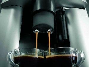 DeLonghi ESAM 3000.B Kaffee-Vollautomat (1100 Watt, 1,8 Liter, 15 bar, Dampfdüse) schwarz im Betrieb
