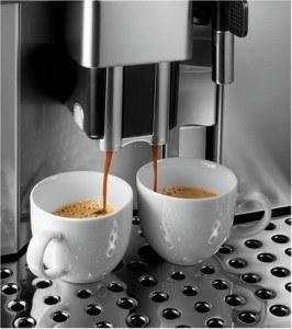 DeLonghi One Touch ESAM6600 Kaffee-Vollautomat PrimaDonna (1,8 Liter, Milchbehälter) silber im Betrieb