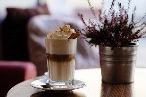 Fertiger Kaffee aus einem Kaffeevollautomaten in gemütlicher Atmosphäre