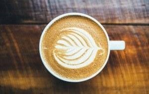 Zubereiteter Kaffee mit dekorativen Milchschaum