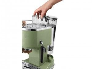 Abnhembarer Wassertank bei der DeLonghi ECOV 311.GR Espresso-Siebträgermaschine im Test