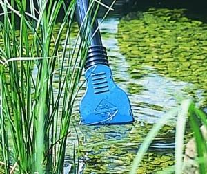 Der Oase Teich- & Poolsauger PondoVac Classic im Einsatz.