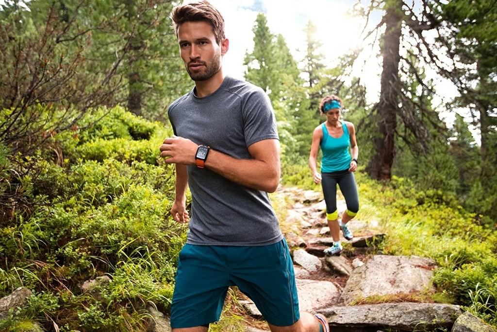 TomTom Adventurer Outdoor GPS-Uhr im Test Mann und Frau beim Laufen