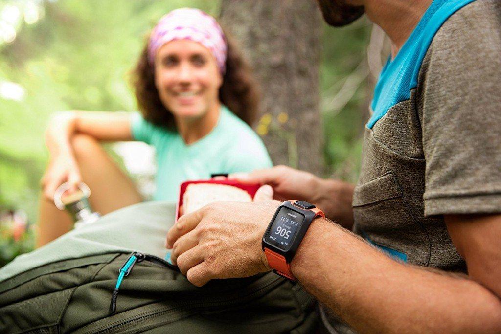 Mann trägt im Wald GPS Uhr im Test