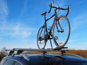 Eufab Super Bike Dachfahrradträger auf einem Autodach montiert