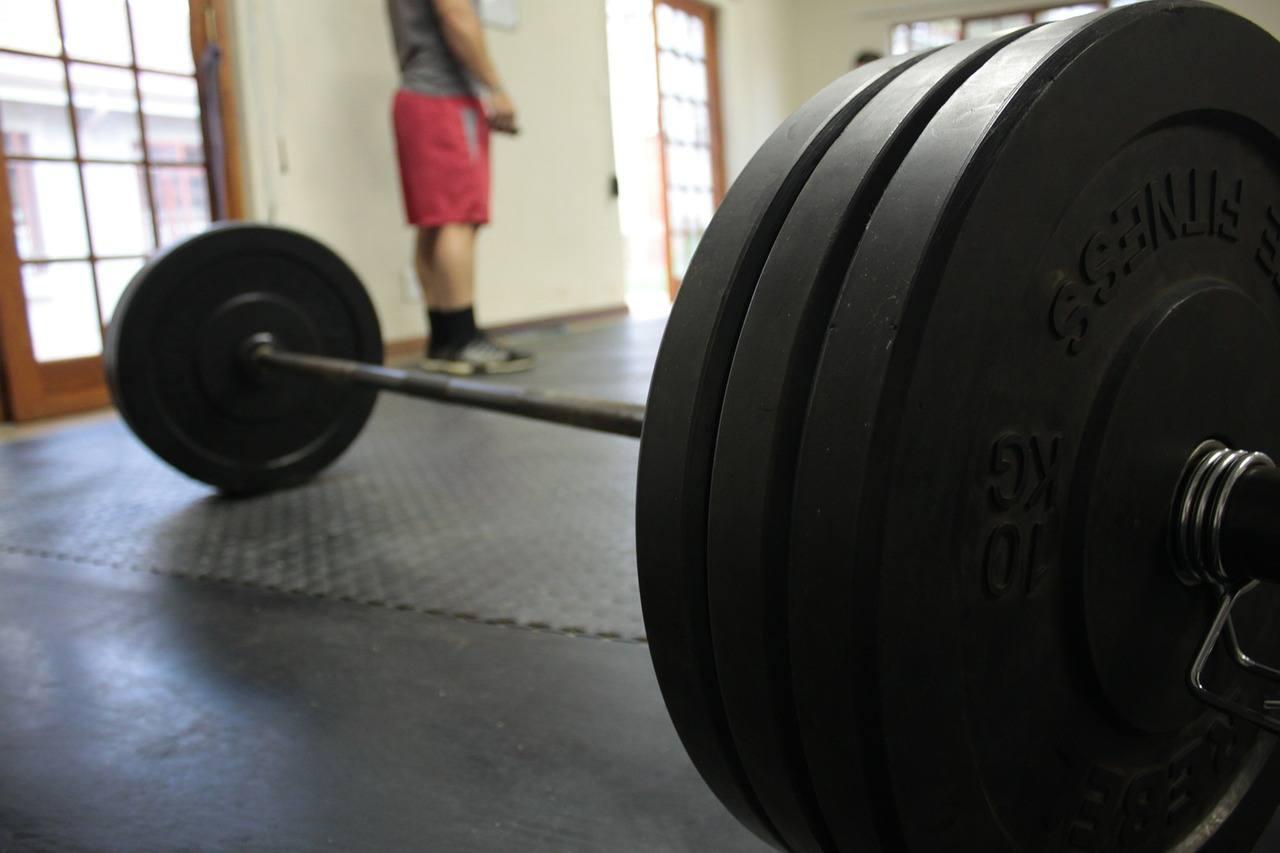 Im Vergleich zu den Eigengewichtsübungen ist das Hanteltraining effizienter