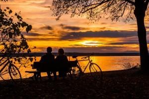 Mit dem Fahrrad beim Sonnenuntergang durch einen Dachfahrradträger von TOP BIKE