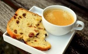 Zubereiteter Kaffee angerichtet mit Rosinenbrot