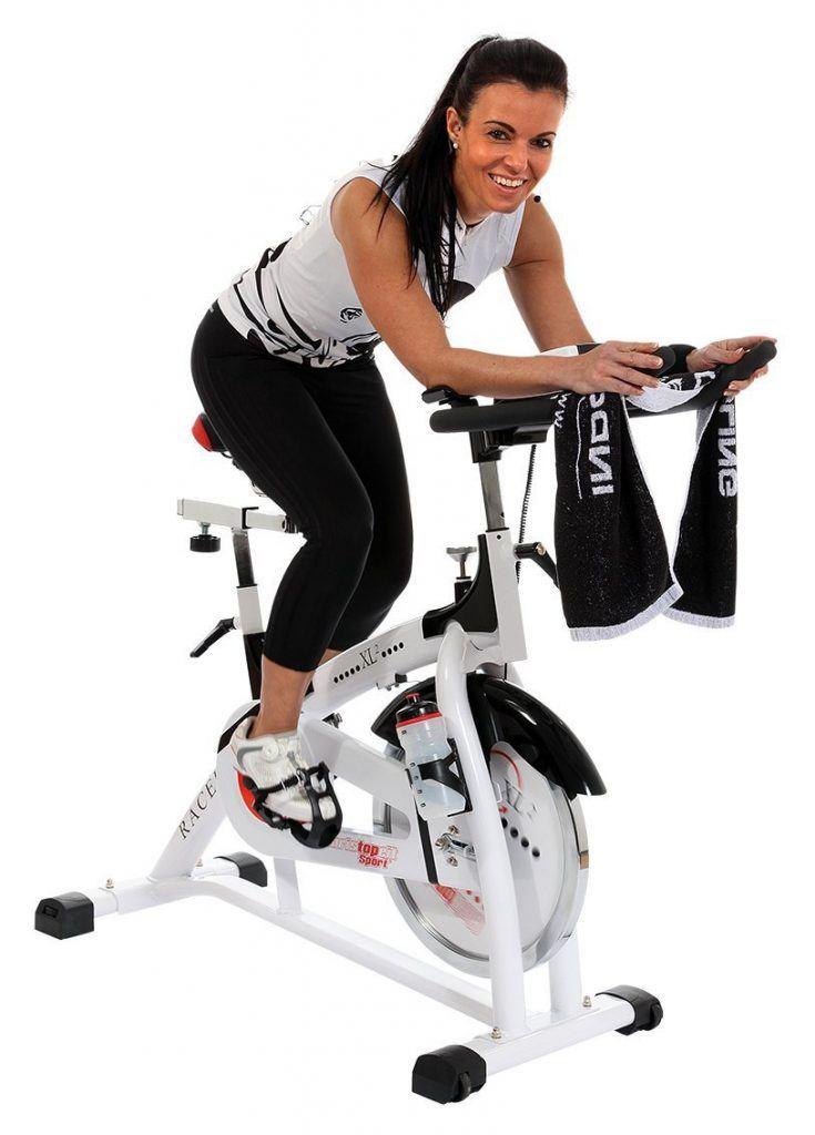Frau trainiert auf einem Heimtrainer Christopeit Race Bike XL2