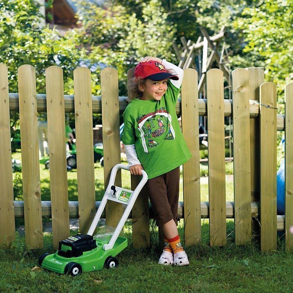 Kind mit einem Rasenmäher von Viking als Spielzeug