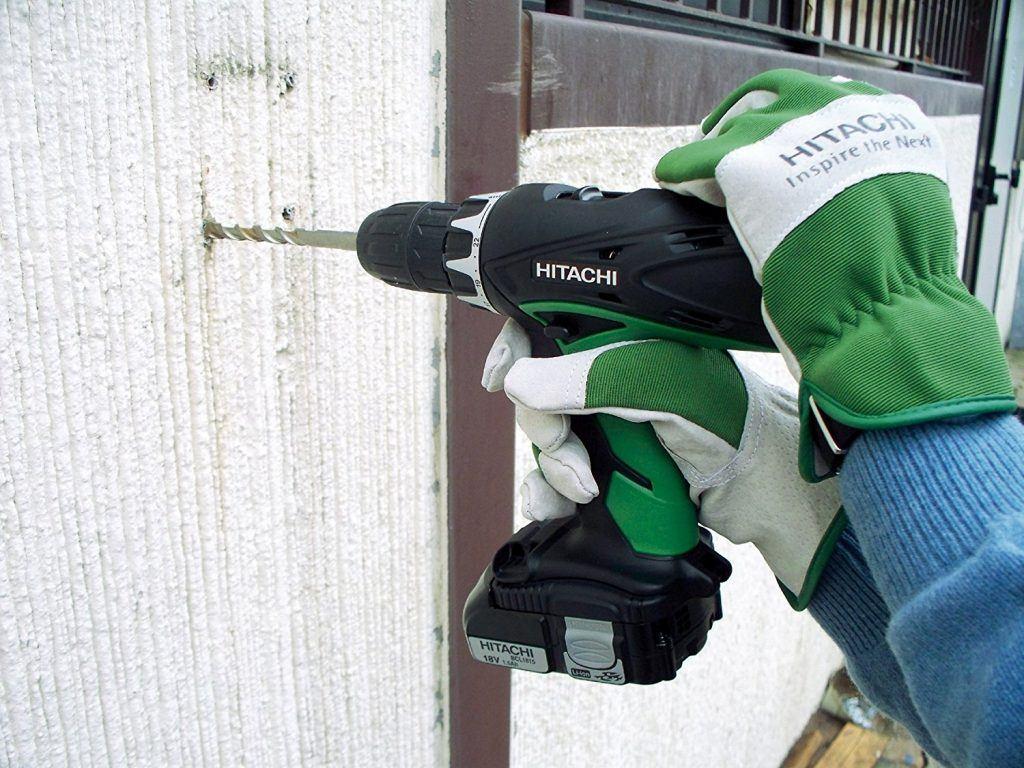 Akkuschrauber Hitachi im Einsatz beim Bohren an der Wand