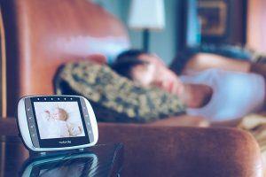 Babyphone MBP 36s von Motorola auf dem Nachttisch
