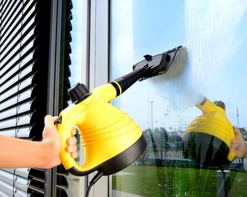 Sichler Dampfente putzt einhändig Fenster im Test