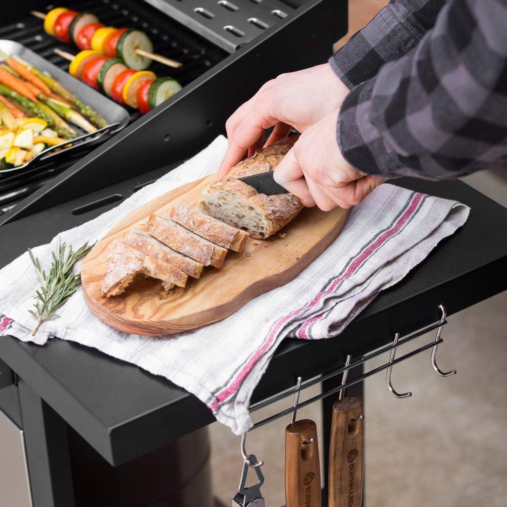 Fertiges Essen vom Gasgrill Barney von Burnhard vom Hersteller Springlane wird geschnitten