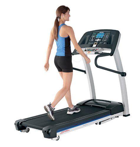 Frau trainiert auf einem Laufband von Life-Fitness Typ F1 Smart schwarz